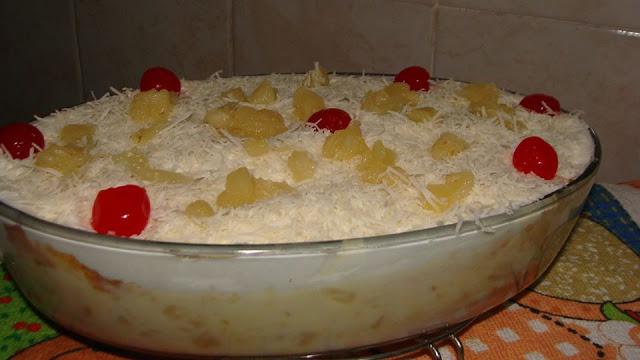 Bolo de abacaxi de travessa com creme de leite ninho