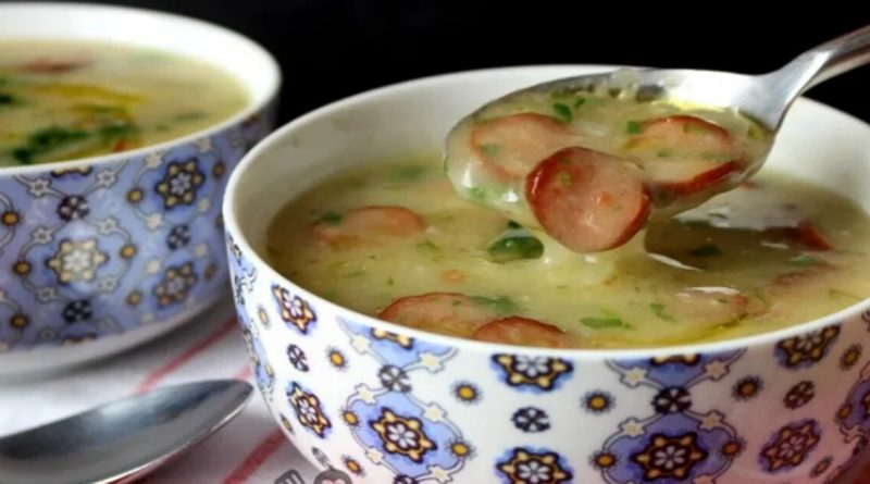 Sopa cremosa de mandioca com calabresa e bacon